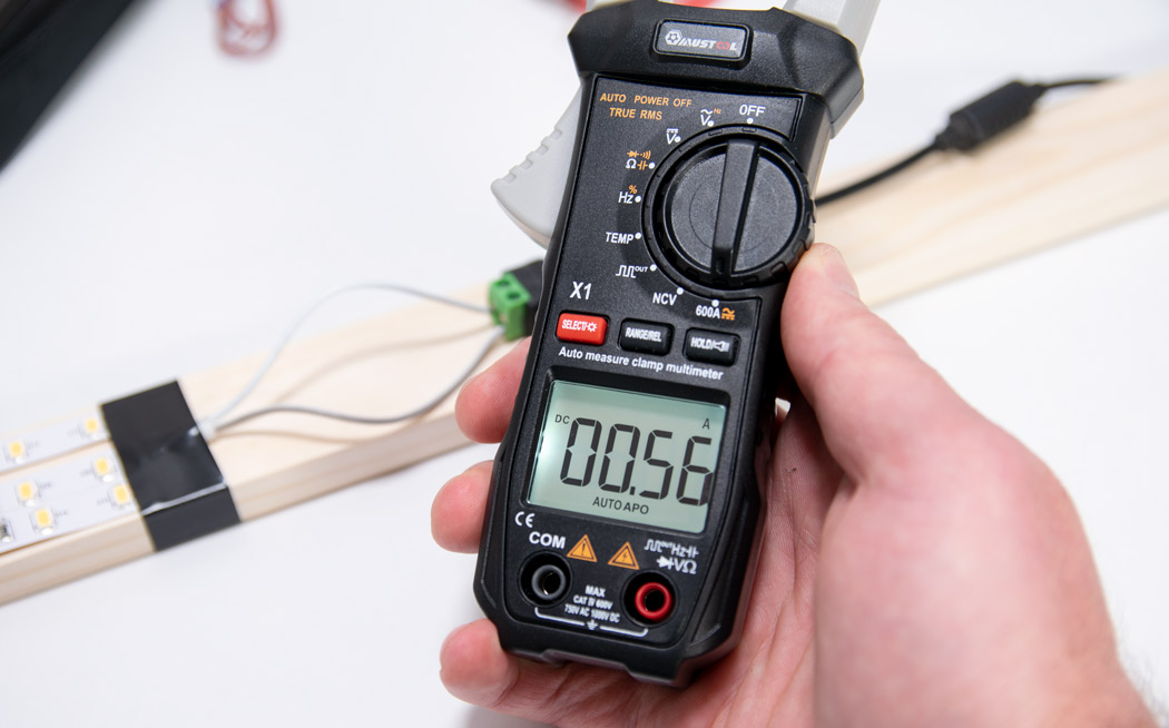 Measuring current with a clamp meter