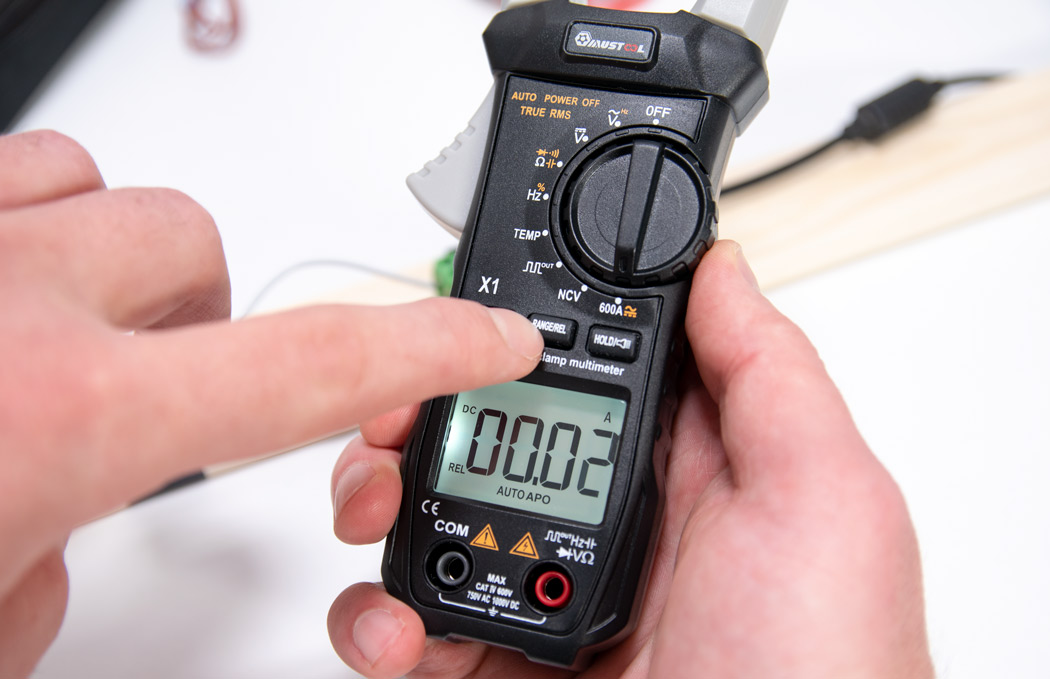 Set the clamp meter current value to zero